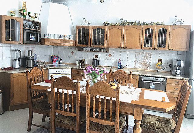 Rustikální rohová kuchyň v...