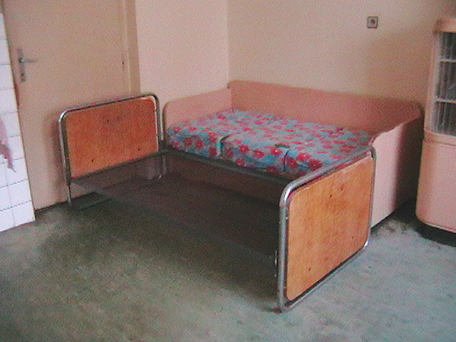 Daruji dva gauče, dřevěný...