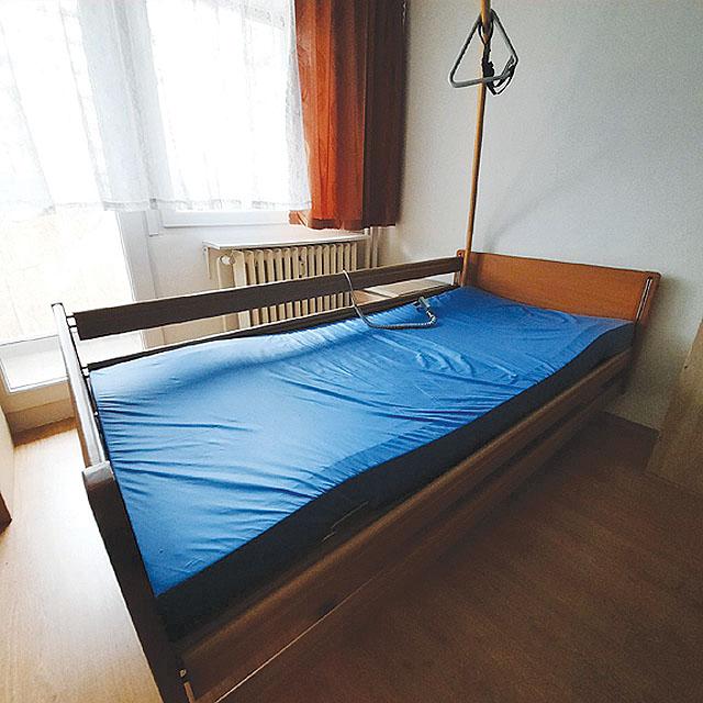 Zánovní dřevěná polohovací postel...