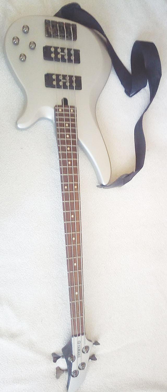 El. basová kytara YAMAHA...